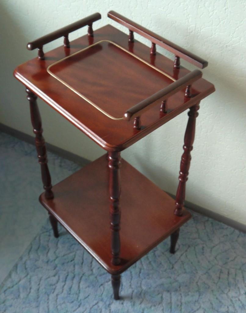 Stilmöbel Telefontisch. Sieht irgendwie spießig aus, in der alten Lackierung. Aber die neue Farbe läßt ihn wirklich anders wirken.