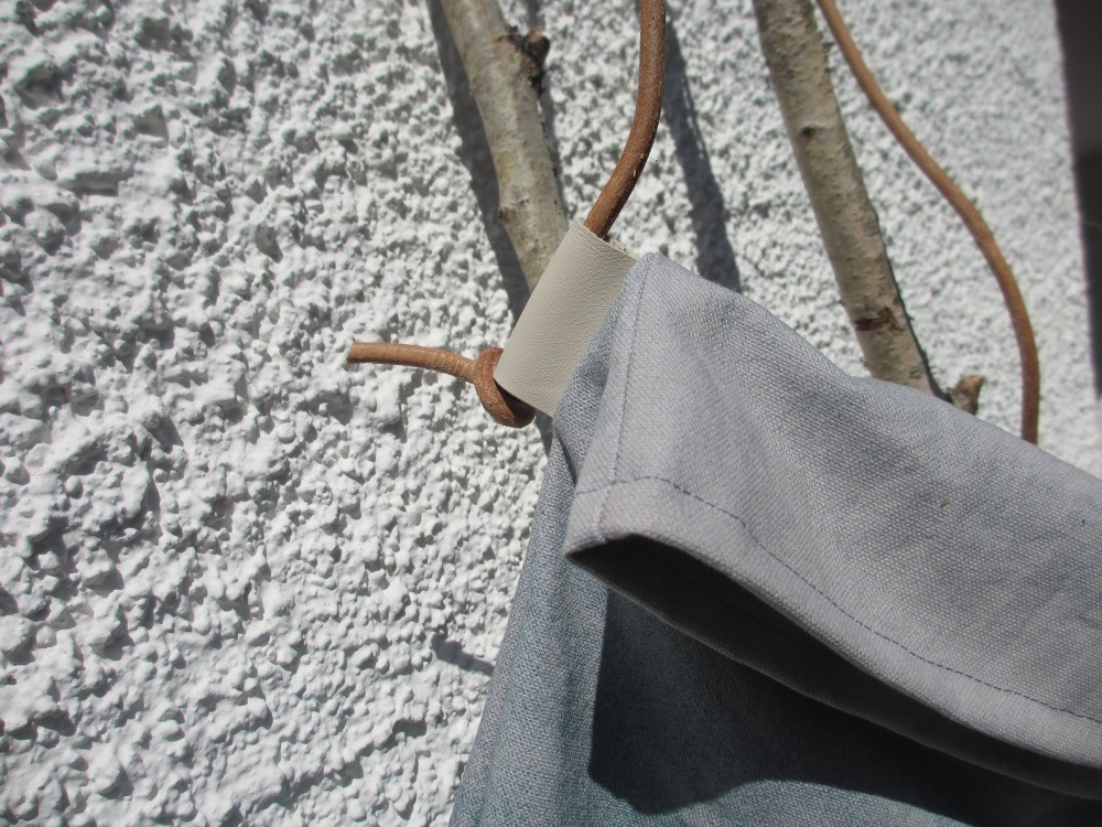 Fertige Überschlagtasche mit Lederschnur