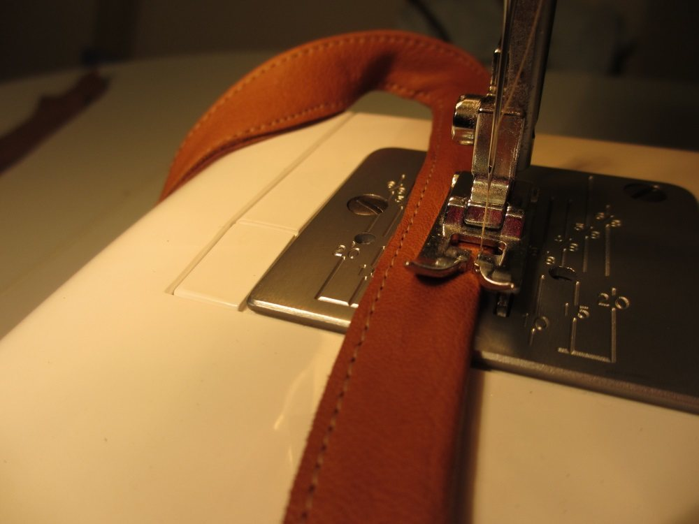 Auf beiden Längsseiten abnähen, da sich das weiche Leder sonst verzieht.