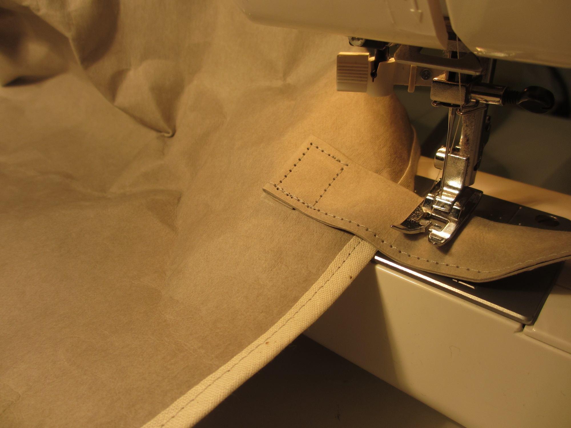 Die Tasche und das Futter werden mit Schrägband eingefasst. Die Träger nähe ich dann in der Naht oben am Taschenrand auch nochmal fest.