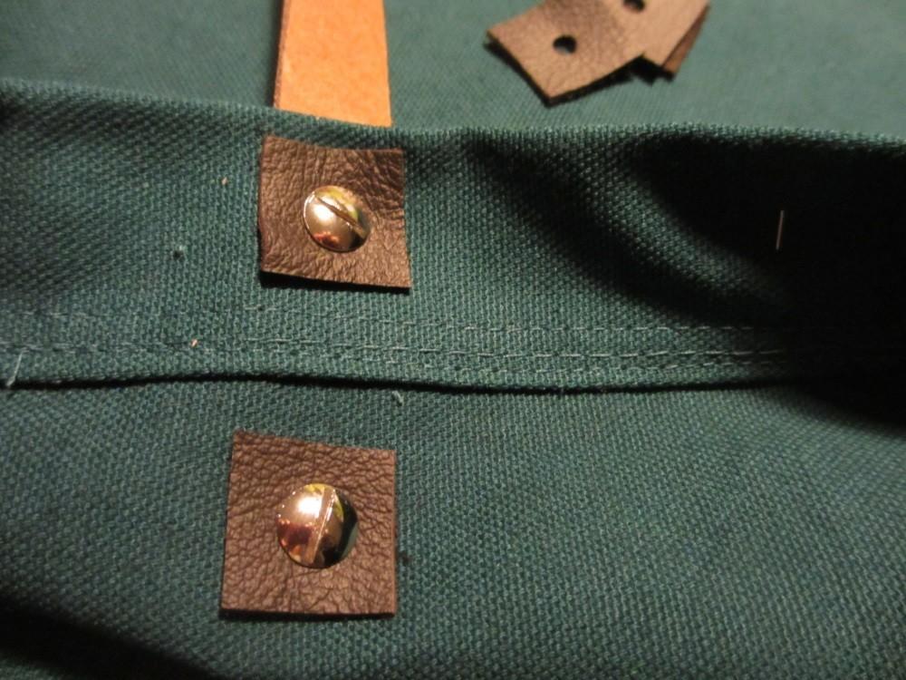 Lederhenkel werden mit Buchschrauben befestigt.