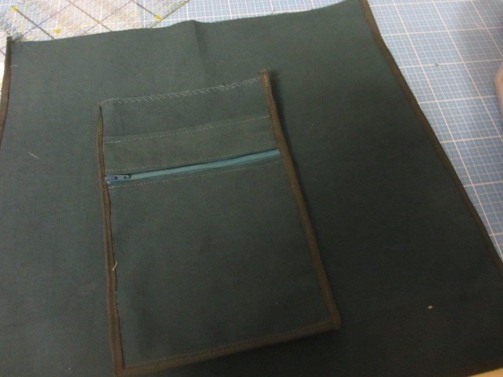 Die Innentasche ist fast fertig. Das Schrägband wird an 3 Seiten angenäht.
