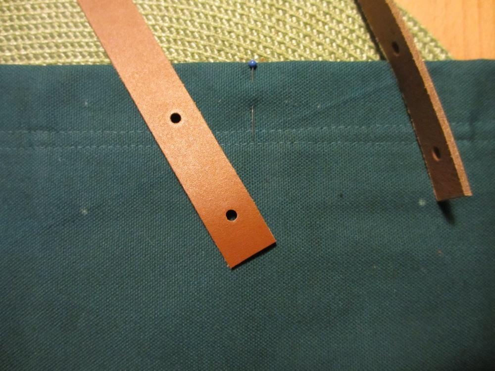 Die Position der Löcher auf dem Stoff markieren.