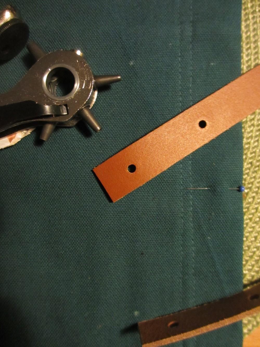 In die Lederhenkel werden mit einer Lochzange Löcher für die Buchschrauben gestanzt.