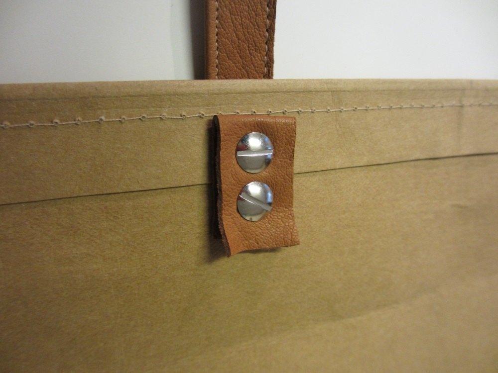 Auf der Innenseite zum Schutz gegen das Ausreißen ein Lederstück gegenlegen.