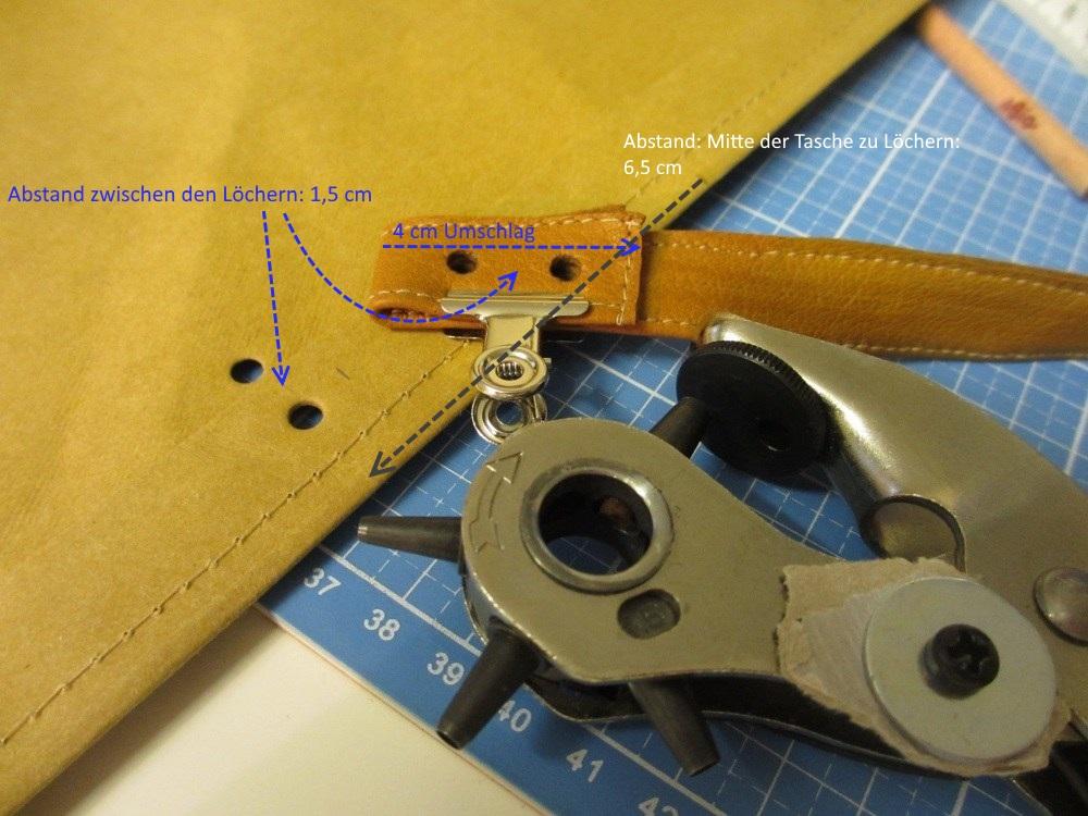 Henkel und Taschenteile mit Buchschrauben miteinander verbinden.