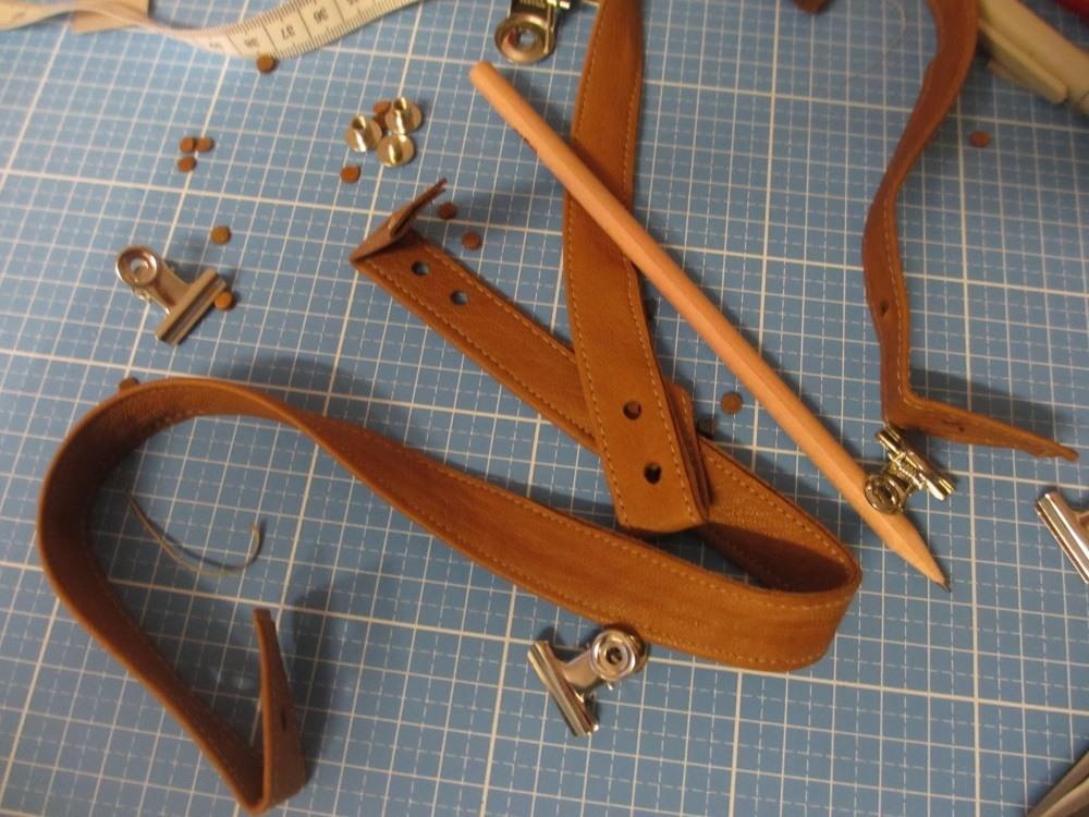 Zu lochende Stellen an den Taschen markieren und Löcher auf die Tschenteile übertragen.