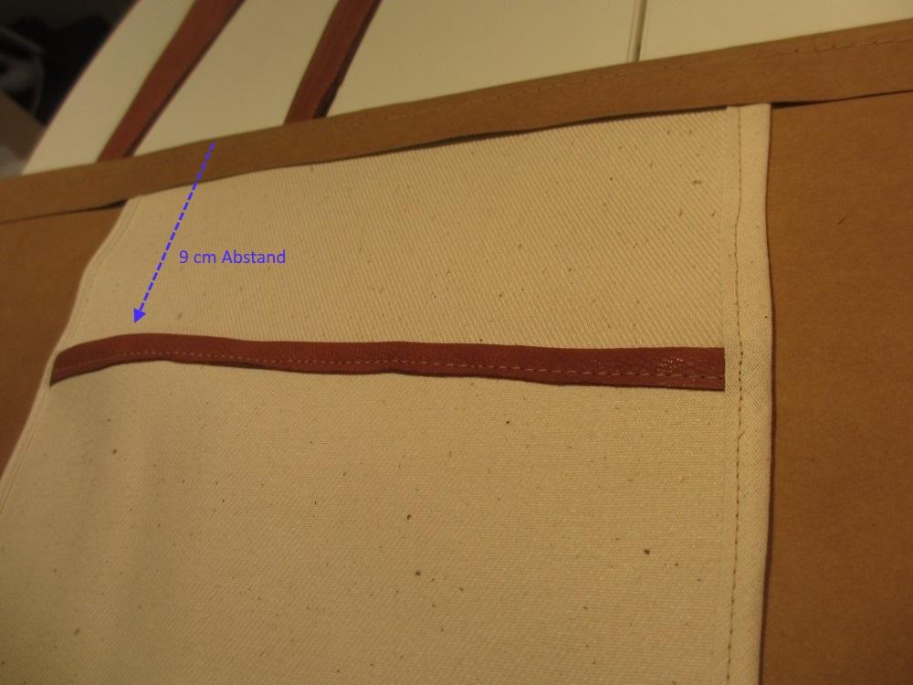 Die Innentasche mit Schrägband versäubern und oben im umgeklappten Taschenrand einnähen.