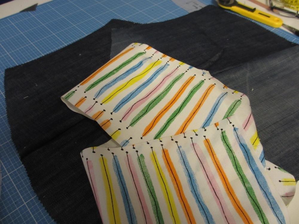 Für die Tasche: 2 Teile zuschneiden aus Jeans, 2 Teile aus Futterstoff (hier nicht zu sehen) und den Seitenstreifen.