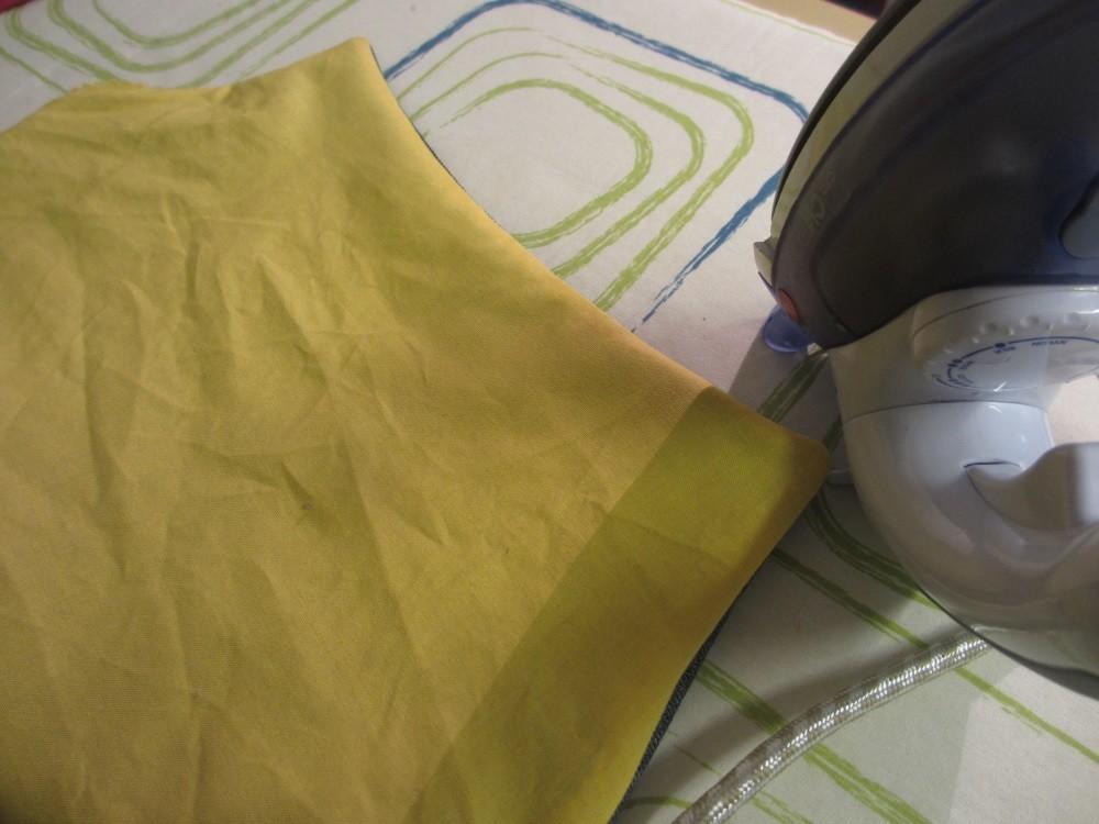 Nach dem Wenden muß der Taschenkörper gebügelt werden, damit die Nähte schön platt werden.