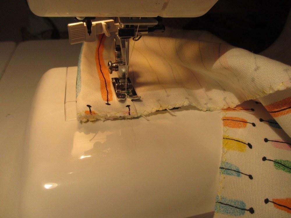 Ein fester Baumwollstoff wird als Mittelstreifen und Taschenboden verwendet. Ich habe meinen von Ikea.