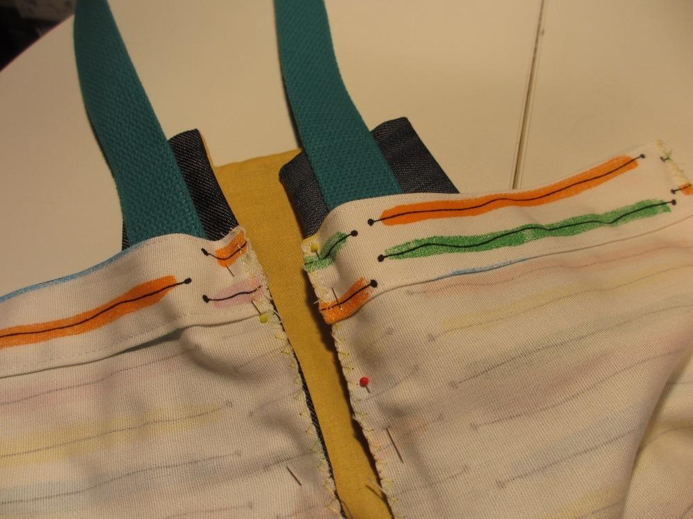 Der Seitenstreifen geht nicht so hoch, wie die Jeansteile. Dadruch kann man die Tasche gut über der Schulter tragen.