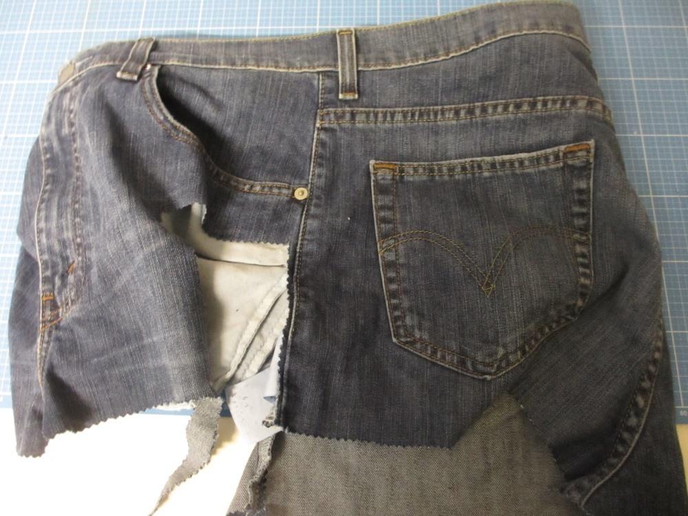 Die Jenasnähte zur durchschneiden kann schwer werden. Es reicht, wenn man die Jeansbeine entlang der Nähte aufschneidet.
