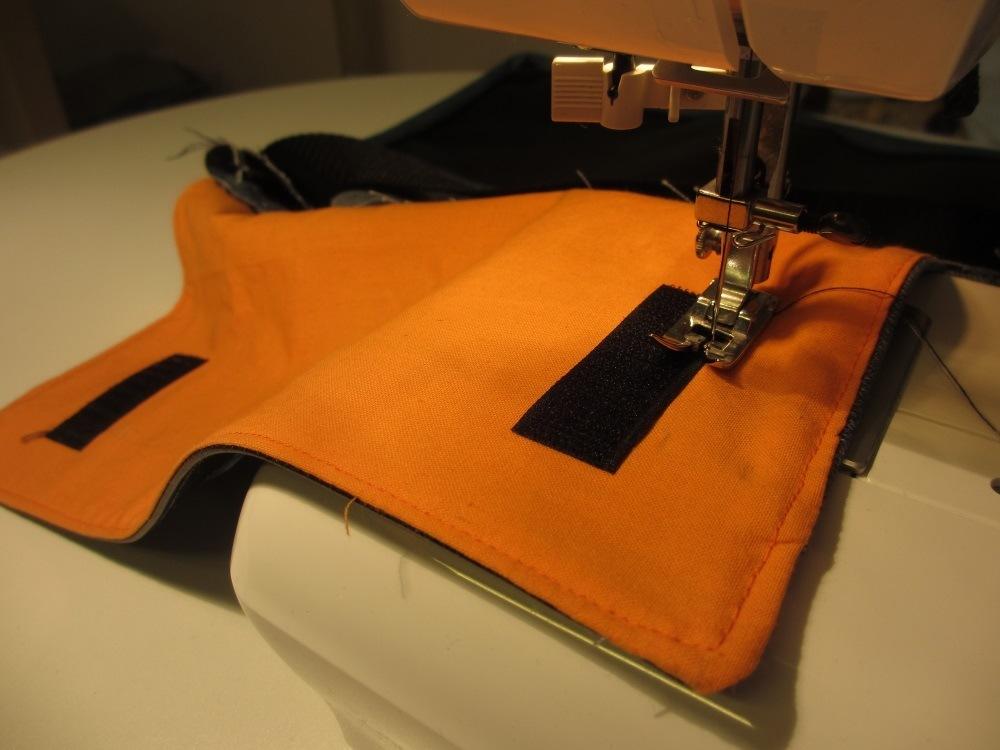 Klettband wird am Überschlag und auch dem Vorderteil der Tasche angebracht.