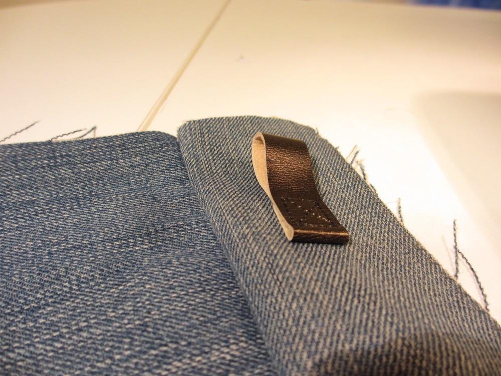 Anm Seitenstreifen wird eine Lederschlaufe für einen Karabiner angenäht.