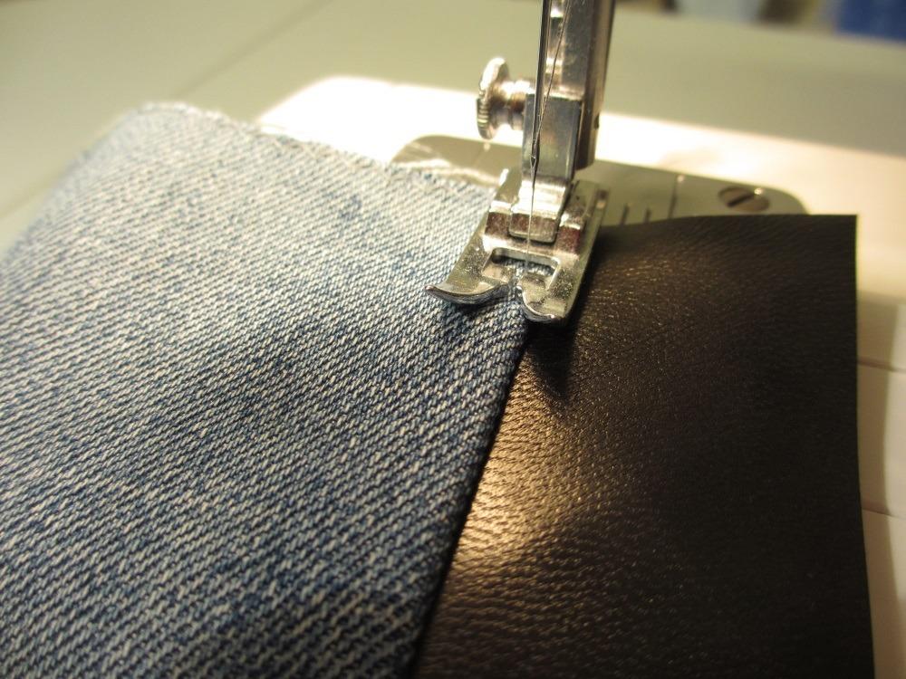 Auch am Überschlag fixiert eine Steppnaht den Jeansstoff am Leder.
