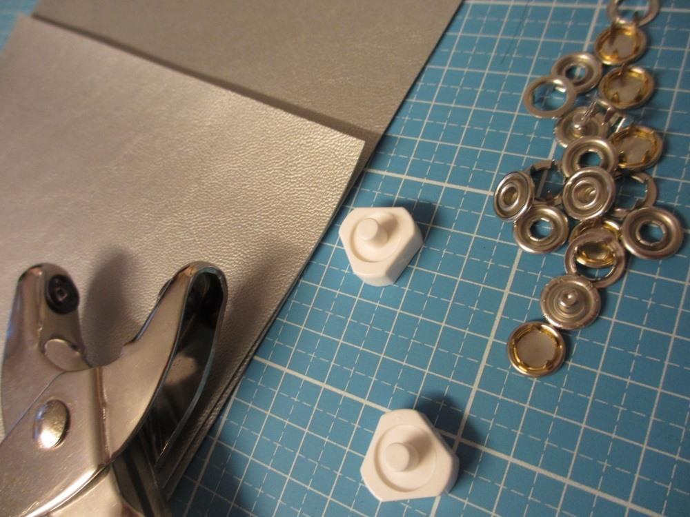 Jerseydruckknöpfe halten das dünne Kunstleder am besten.