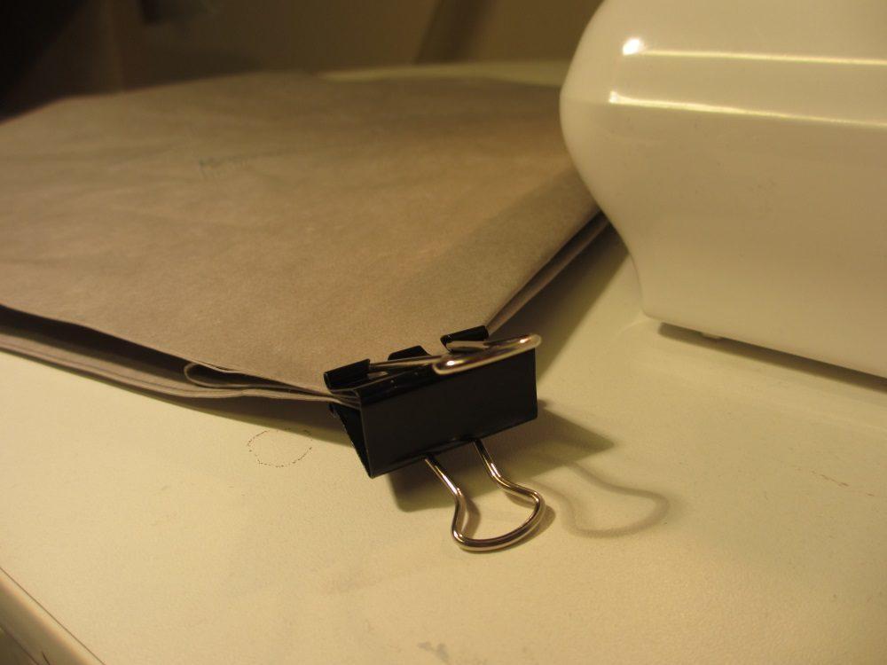Die Ecken mit starken Klammern fixieren, sonst verrutschen sie und die Taschentiefe wird unregelmäßig.