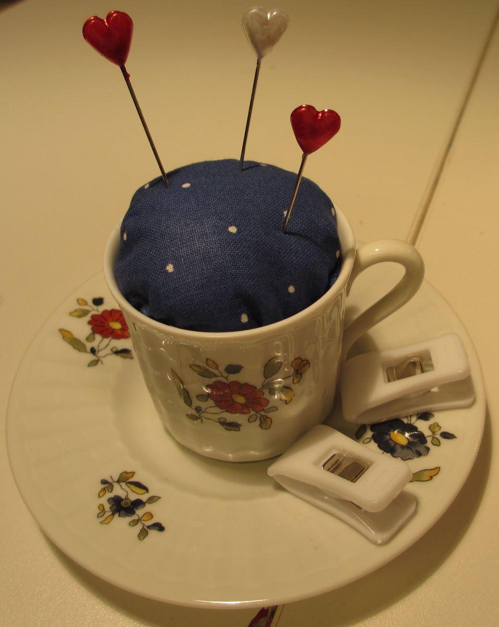 Kleine Tasse wird zu Nadelkissen. Auf der Untertasse können Kleinigkeiten abgelegt werden.