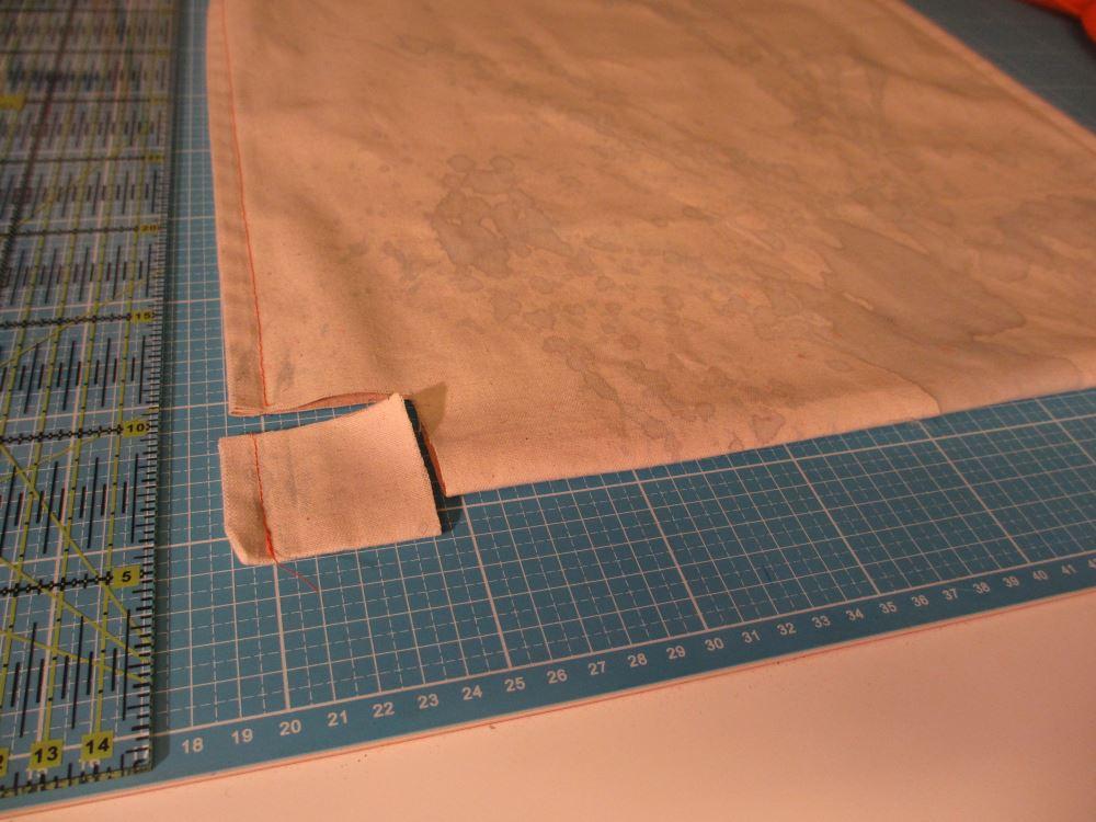 Die unteren Ecken quadratisch einschneiden für die Tiefe der Tasche.