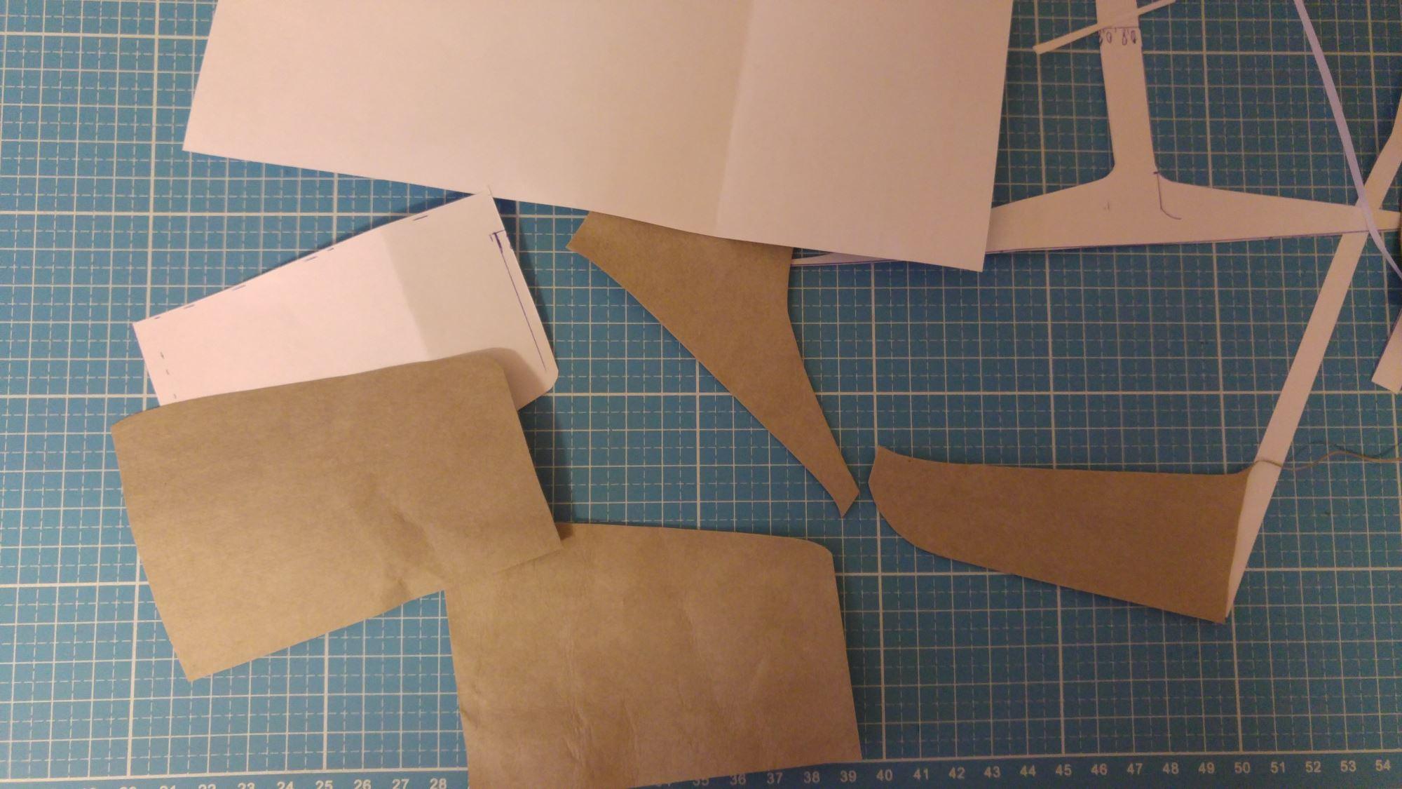 Schnittmuster ausschneiden und die Teile entsprechend vorbereiten. 1 x das lange Außenteil und 2 x die Steckfächer innen.