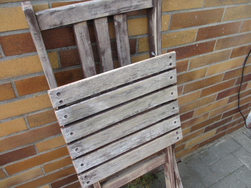 Stuhl abschleifen, damit anschließend die Farbe besser hält