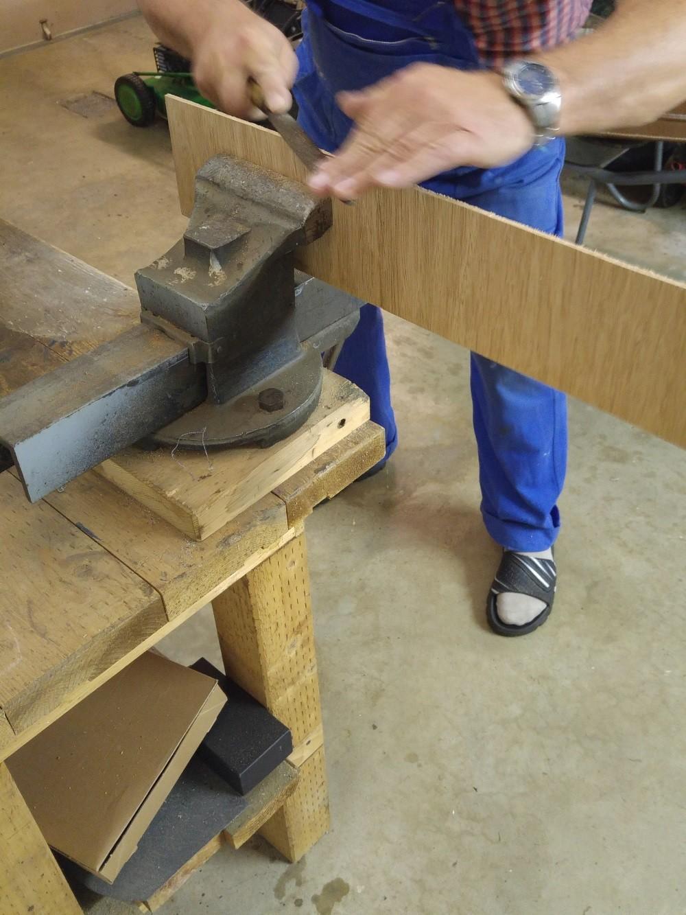 Holz passend zurechtsägen, damit der Koffer eine Einteilung bekommt.