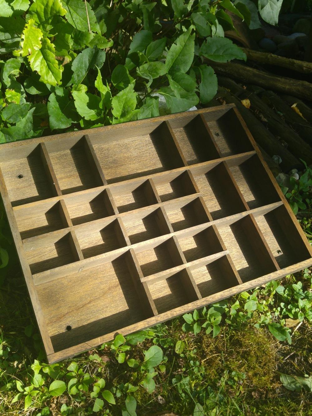 Der alte Setzkasten. Dünnes Sperrholz in dunkler Eichenoptik.