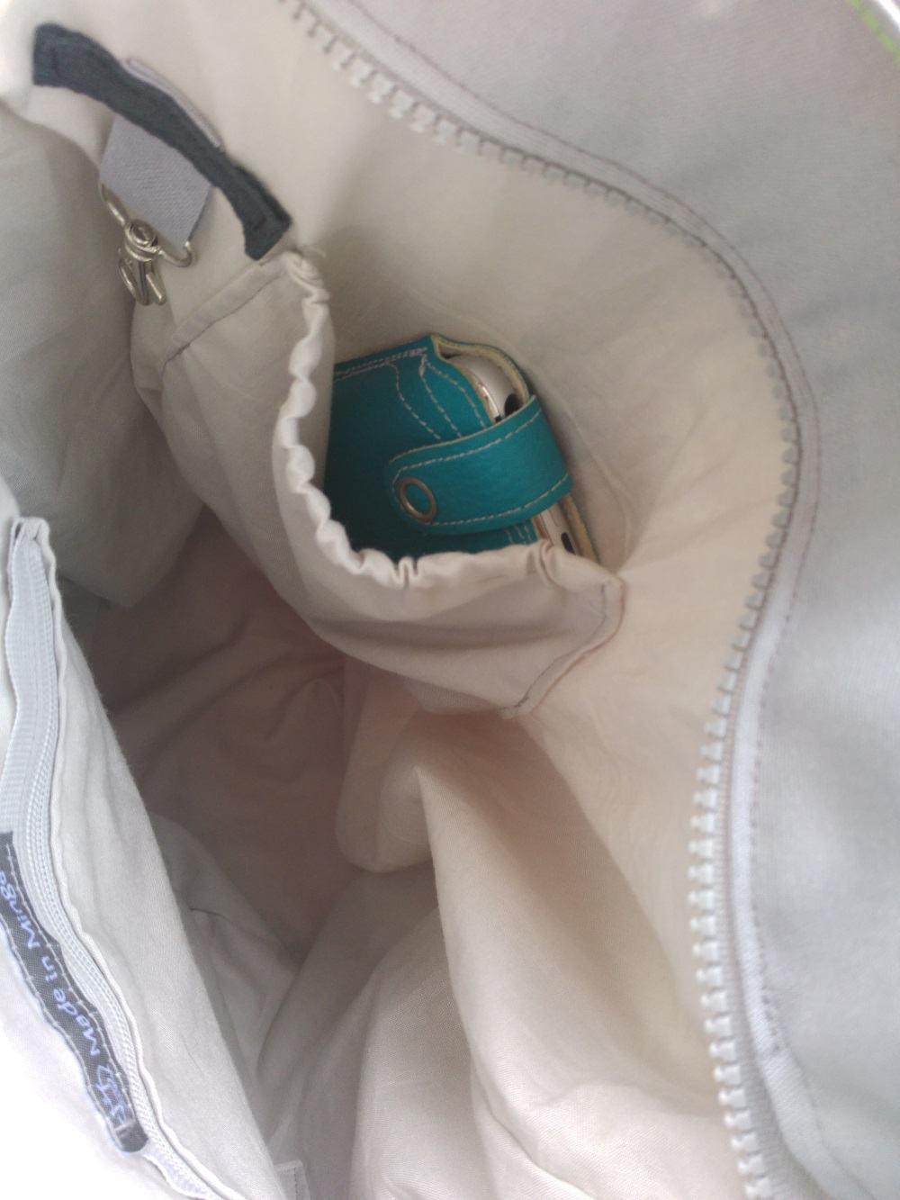 Blick in die Tasche. Kleine Innentasche mit Gummizug & Schlüsselring