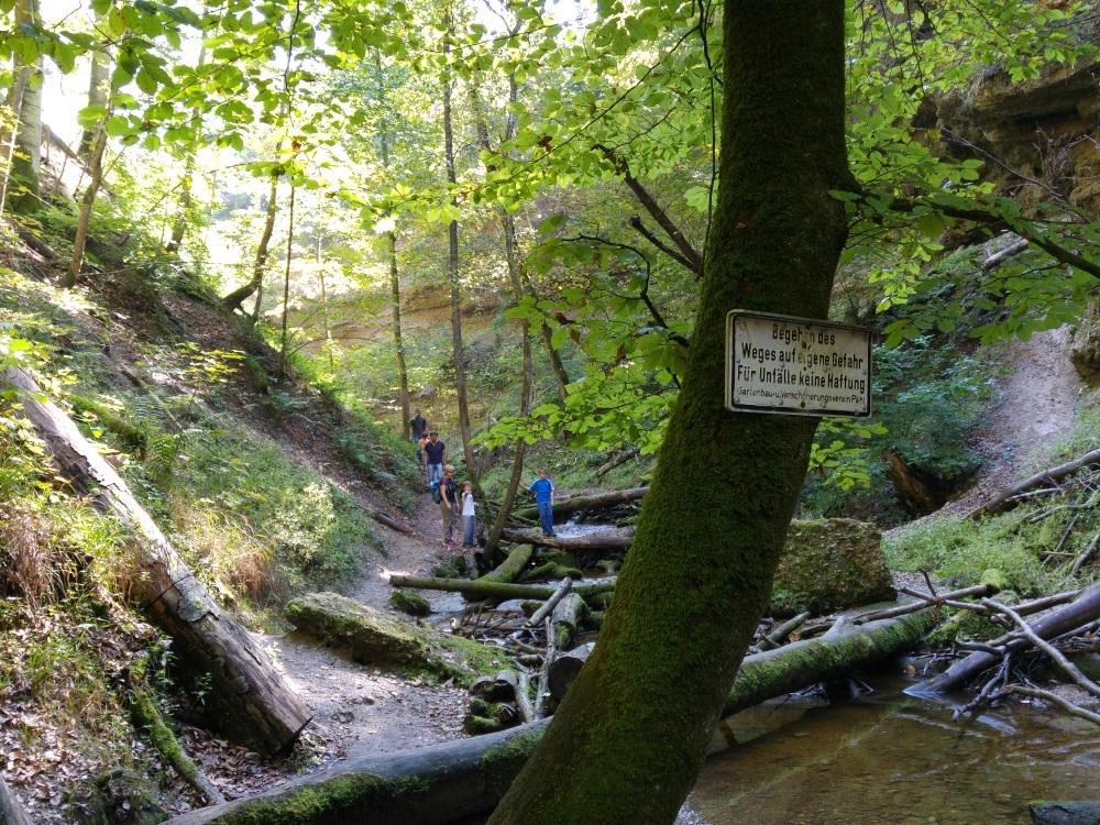 Klettern gehört dazu - mit seiner Sonntagshose sollte man diesen Weg nicht gehen