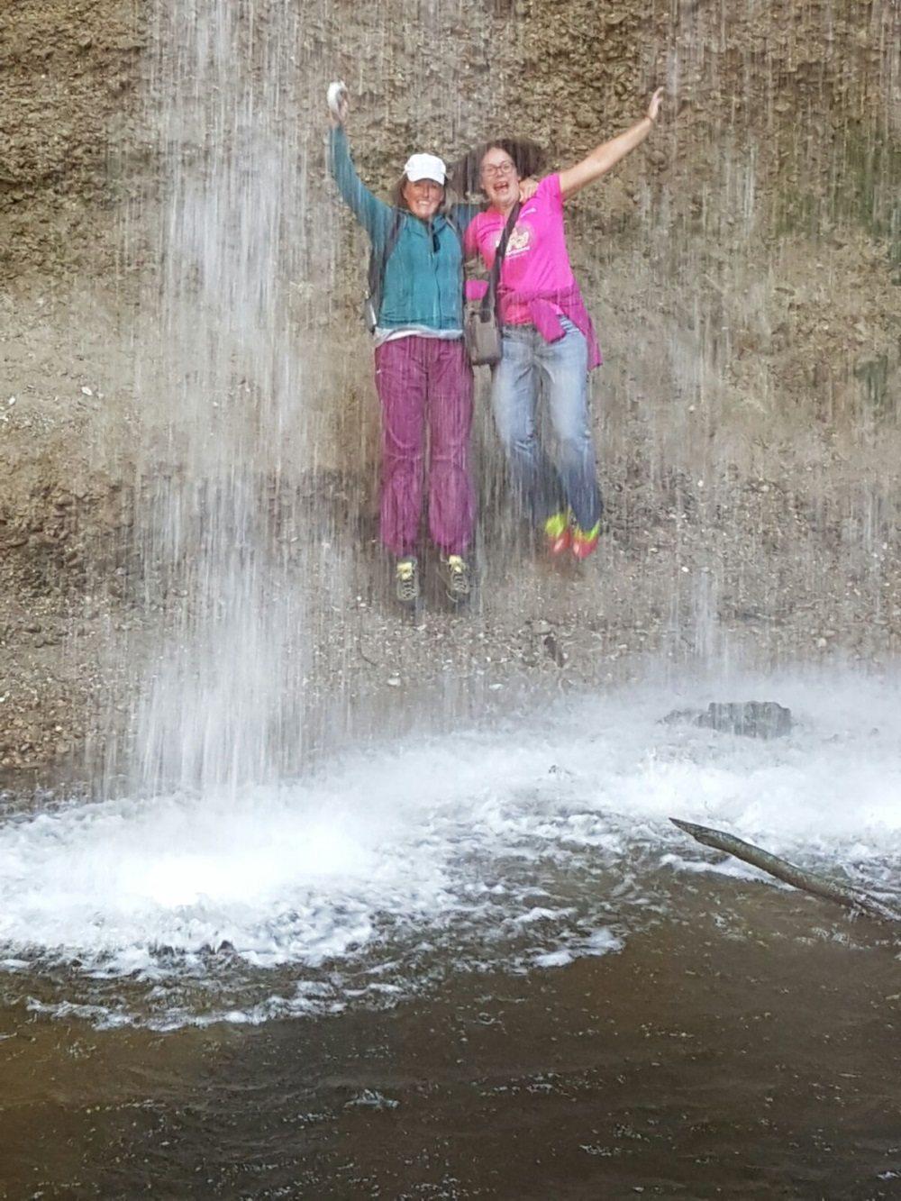 Das muß sein! Ein Hüpfer hinter dem Wasserfall