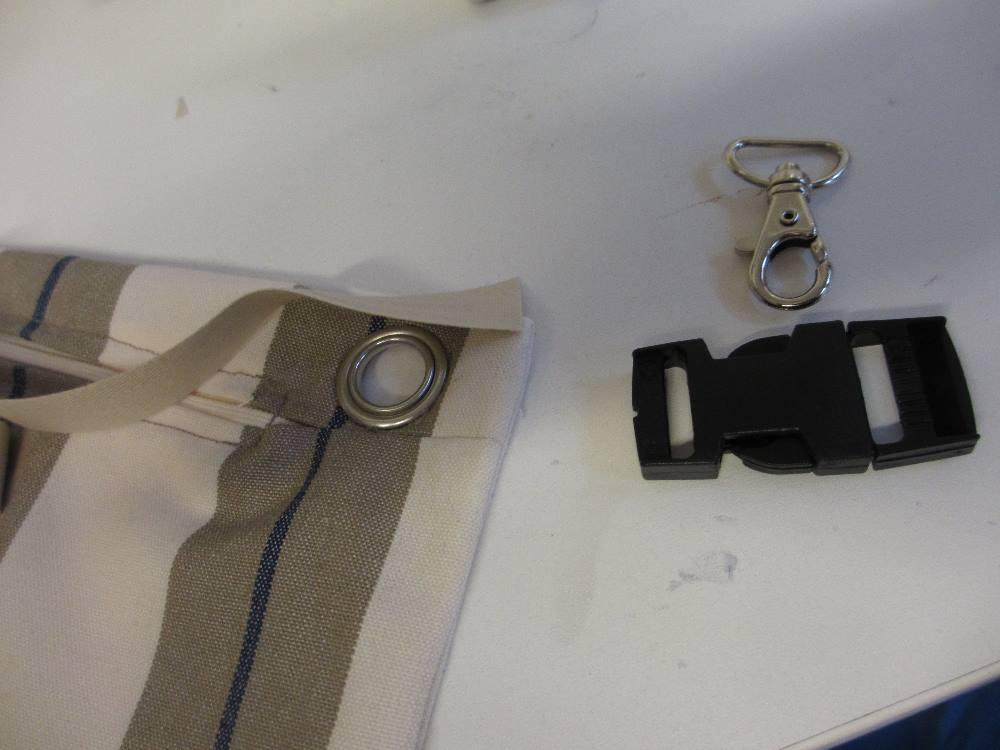 Das Haltebändchen für die Innentasche wird mit dem Schrägband am oberen Rand befestigt.