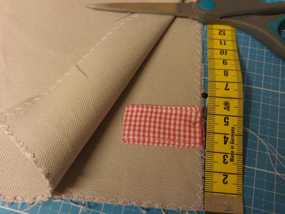 Schlaufenbänder für die Kordel werden vor dem Zusammennähen des Außenbeutels angelegt.