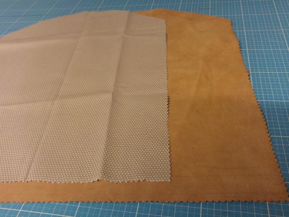 Für die Lederclutch Leder und Futterstoff mit Zickzackschere zuschneiden