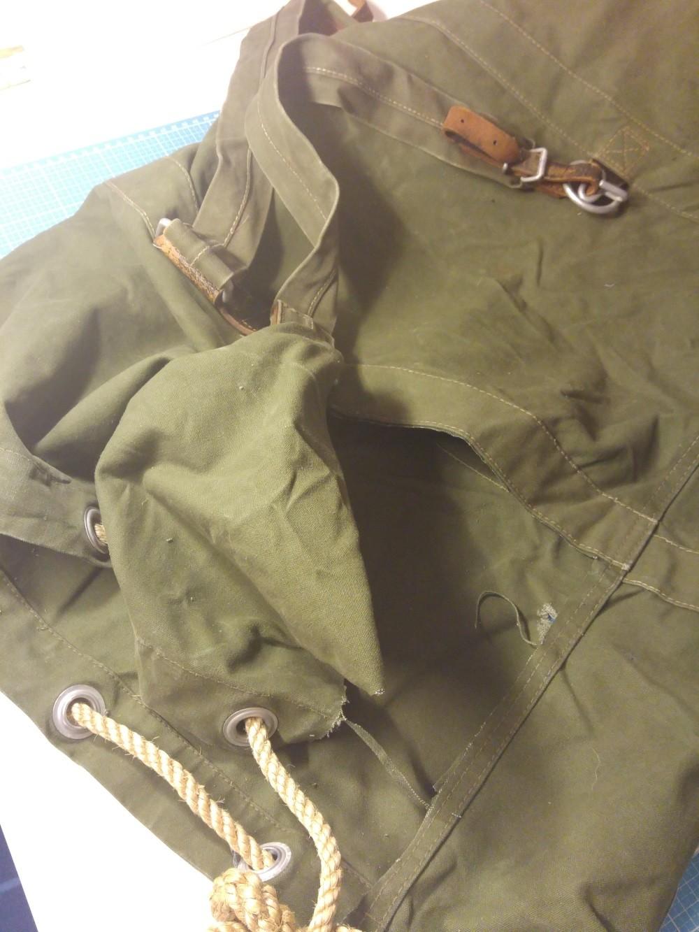 Der feste Stoff von einem Bundeswehr-Seesack ist praktisch zum Nähen von Taschen