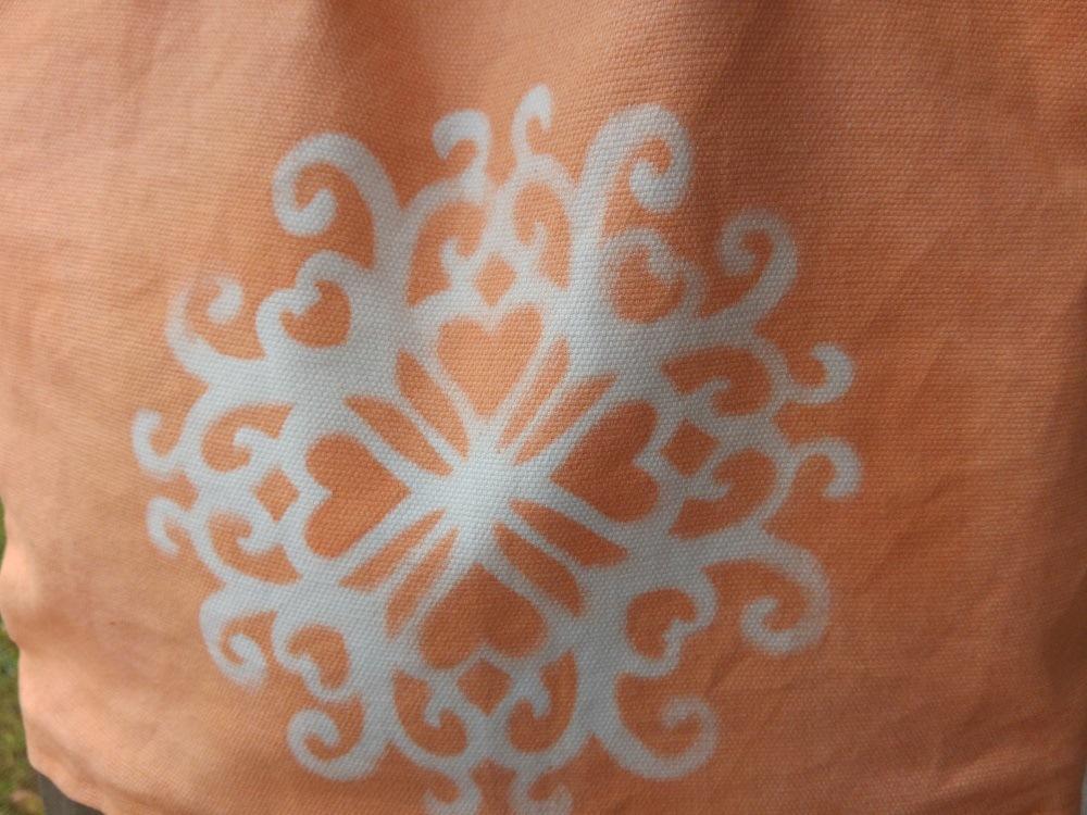 Aufgesprühtes Muster, als Schablone dient ein Filzuntersetzer
