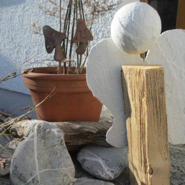Weihnachten naht. Rustikale Deko gibt es mit diesem Engel aus Holz und Gips