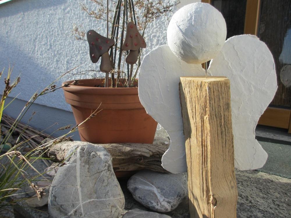Rustikale Deko zu Weihnachten, der Engel aus dem Holzscheit.