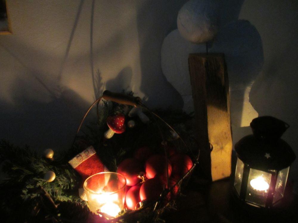 Heimelige, und darum leider etwas dunkle, Deko mit Weihnachtsengel aus Holz