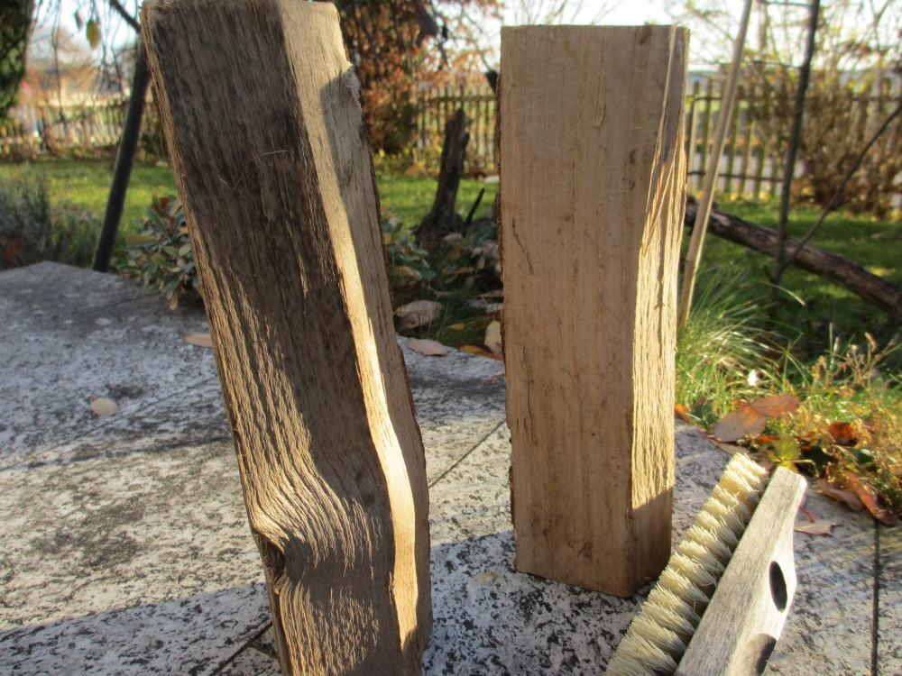 Den Holzscheit reinigen von Staub und kleinen Splittern