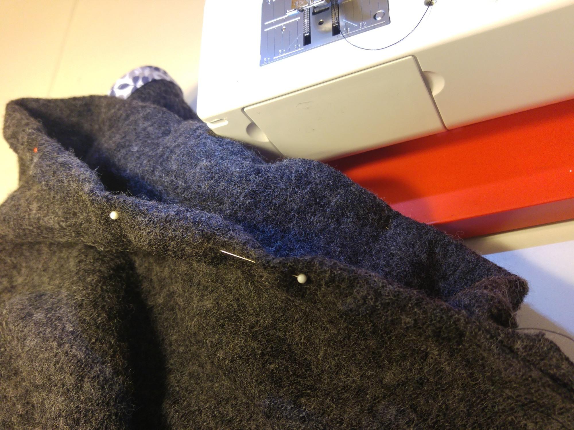 Für den Halsausschnitt den Stoff einmal nach innen einschlagen und mit einem elastischen Stich nähen.
