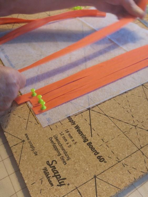 Kettfäden werden mit Schrägband auf das Fabric Weaving Board gepinnt