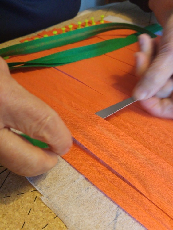Mit der Weaving Needle wird jetzt der Schußfaden eingewebt und das Muster entsteht.