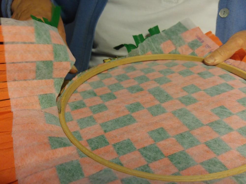 Das überstehende Vlies wird mit einer Schere abgeschnitten
