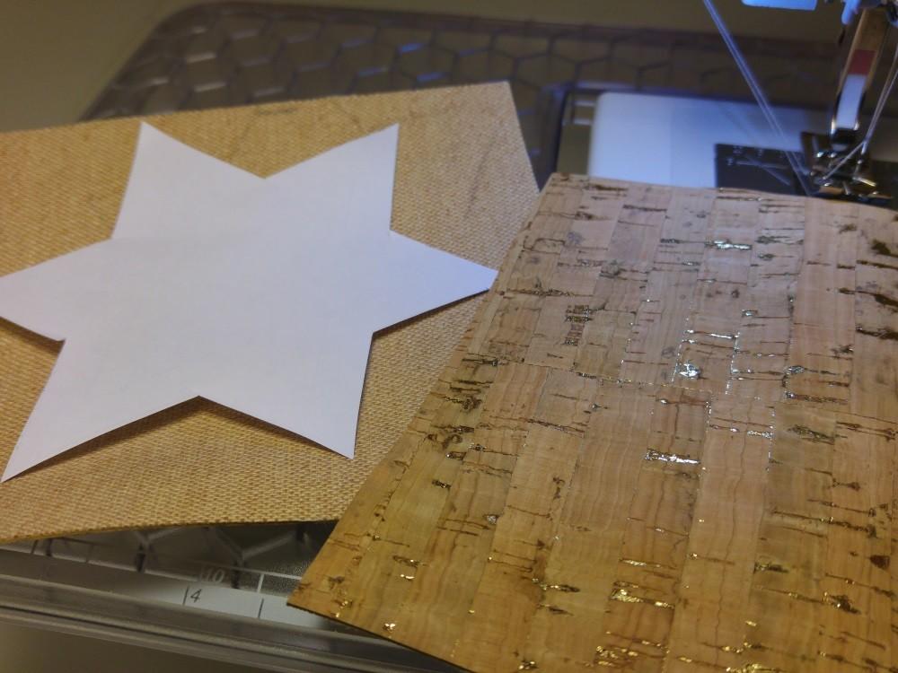 Papiervorlage eines Sternes ausschneiden und in der entsprechenden Größe Korkstoff zuschneiden