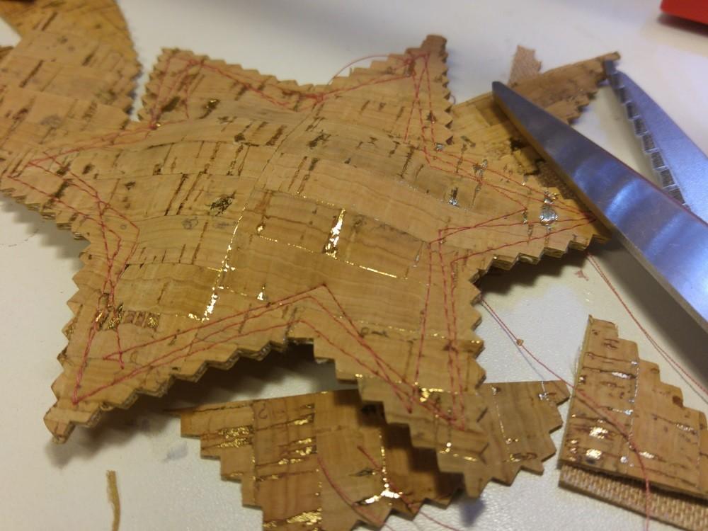 Nach dem Zusammennähen wird der Stern mit einer Zickzack-Schere oder auch einer normalen Schere ausgeschnitten.