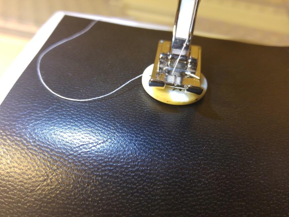 An das Vorderteil kommt ein Knopf, damit das Gummiband die Tasche schließt