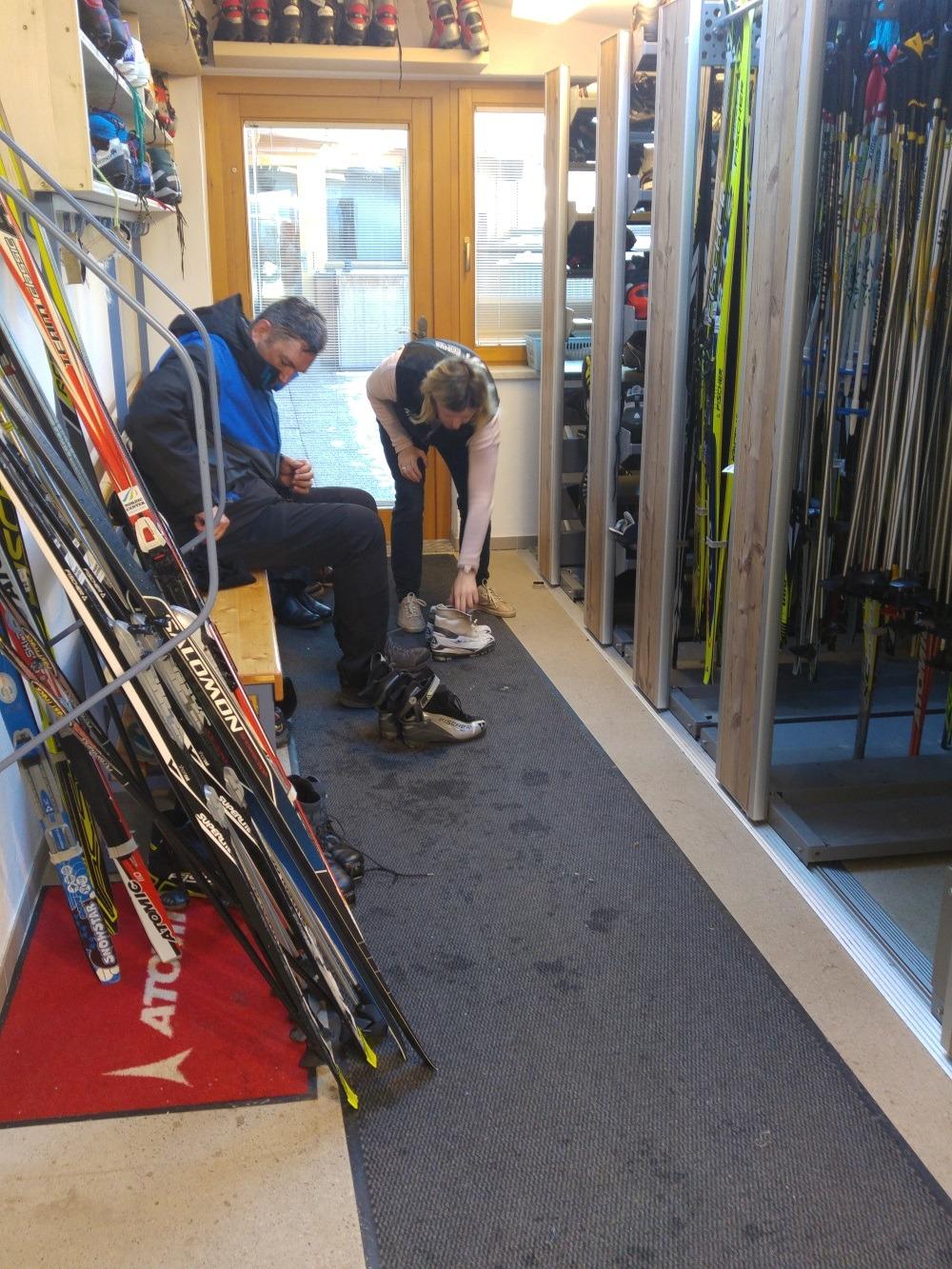 """Schuhe und Langlauf-Ski aussuchen und dann raus auf """"die Piste"""""""