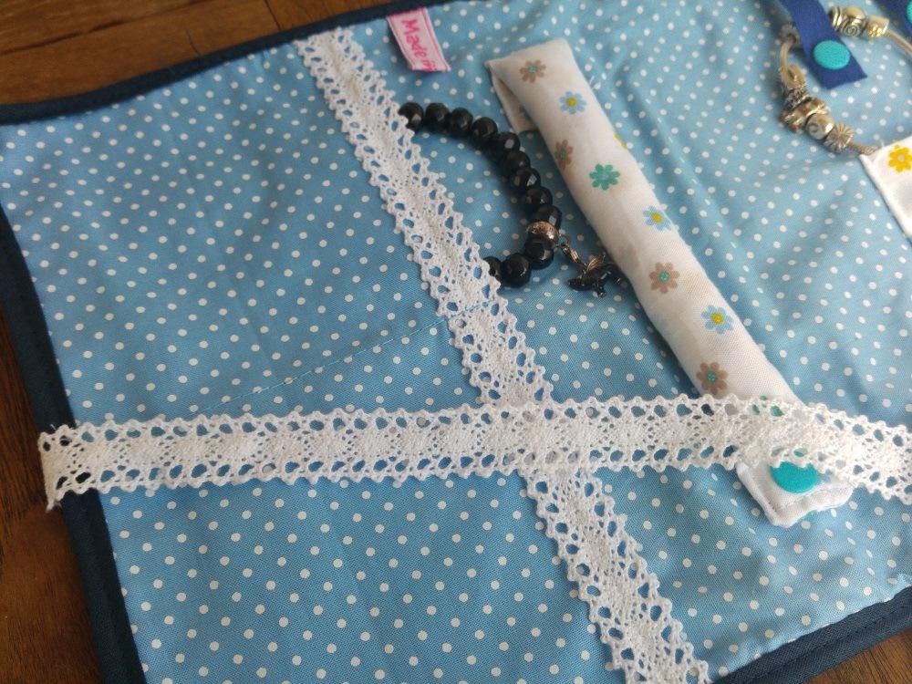 Ringrolle und Aufbewahrung für Armbänder in der Schmuckrolle