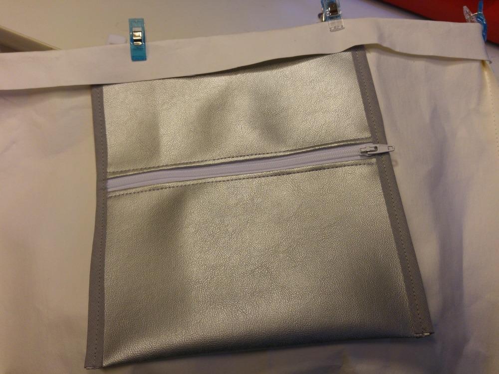 Die Innentasche wird unter den umgeschlagenen Rand geschoben und festgenäht